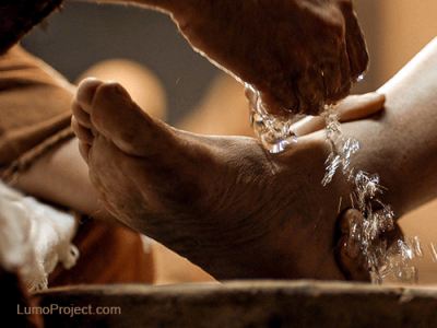 Jesus washes the disciples feet